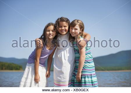 New York USA Ashokan approvisionne trois jeunes filles friends hugging chaque autres Banque D'Images