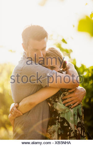 Italie, Toscane, Portrait of mature couple embracing Banque D'Images