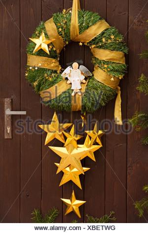 Couronne de Noël avec ange sur une porte en bois Banque D'Images