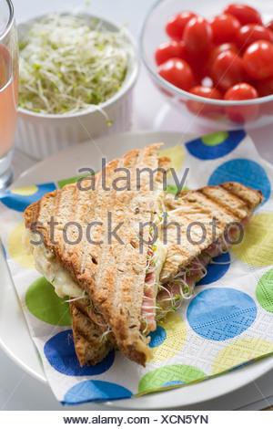 Jambon, fromage et graines germées sandwich grillé Banque D'Images
