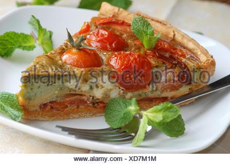 Des tomates, basilic et pesto quiche. Banque D'Images