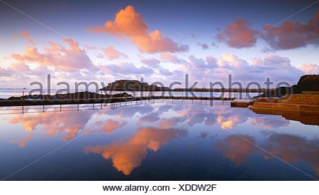Guernsey channel islands.. Saint Peter Port. Vue sur le château cornet de bassins de marée au lever du soleil. Banque D'Images