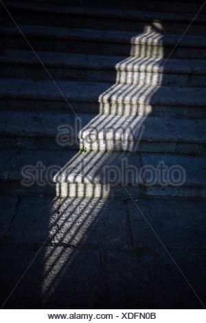 L'ombre d'un auvent de fenêtre sur les marches de pierre, Caceres, Espagne Banque D'Images