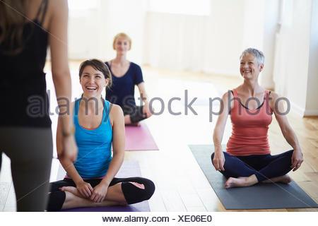Les filles regarder et écouter tutor in pilates Banque D'Images