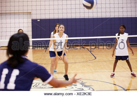 Match de volley-ball High School in Gymnasium Banque D'Images