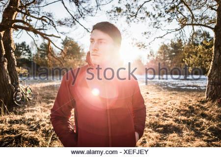 Portrait of young male hiker en forêt au bord du lac Banque D'Images