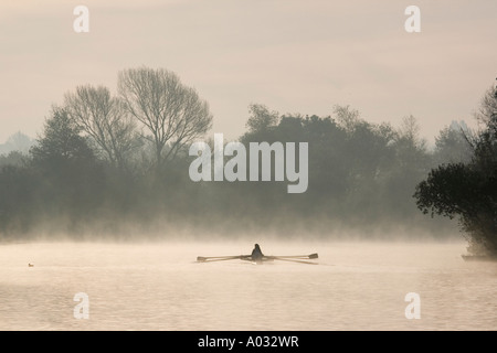 La pratique de l'aviron sur la Tamise à Oxford 3- au début de l'hiver matin Banque D'Images