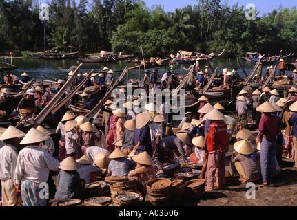 Tôt le matin, marché aux poissons Hoi An Vietnam Banque D'Images