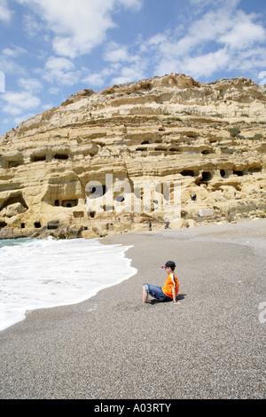 Grottes calcaires sur la plage de Matala sur l'île grecque de Crète Banque D'Images