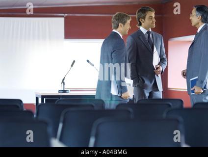 Trois families, parler dans la salle de conférence Banque D'Images
