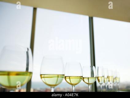 À moitié rempli du Vin et champagne verres alignés Banque D'Images
