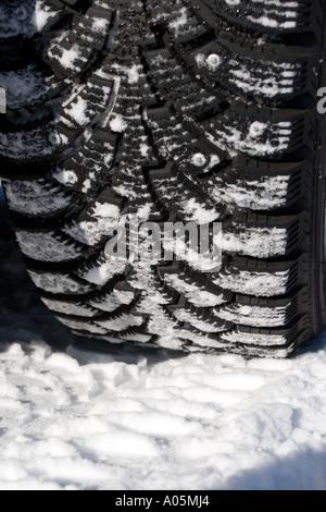 Close-up d'une voiture , pneus d'hiver cloutés faites par Nokian Tyres , Finlande Banque D'Images