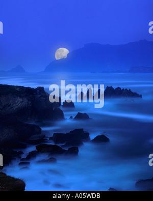 IE - comté de Kerry: Lune sur Ballyferriter Bay Banque D'Images