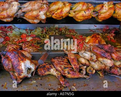 Poulettes Poulets rotisserie du poulet grillé à la vente tout ou en morceaux Banque D'Images