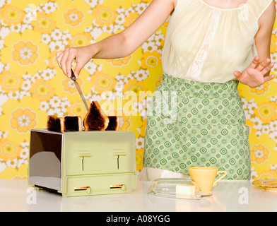 Woman Burnt Toast de grille-pain Banque D'Images