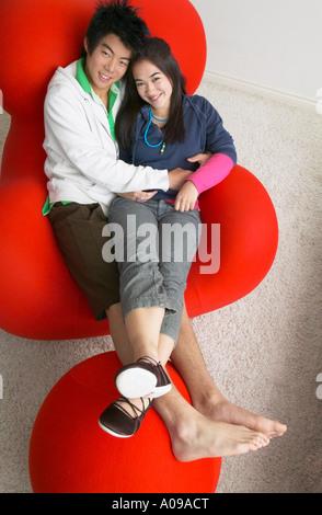 Couple sur chaise Banque D'Images