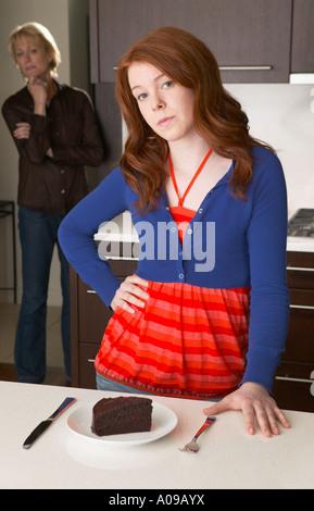 À la mère à fille dans la cuisine avec un gâteau