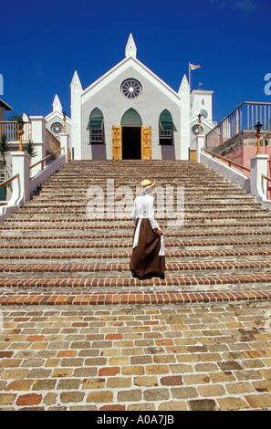 Les Bermudes Ville de St George femme en robe d'étapes de la période de marche St James Church Banque D'Images