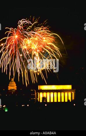 D'artifice au-dessus du Mall à Washington DC le quatrième de juillet JP 2004 Banque D'Images