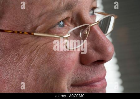 Portrait d'un homme avec des lunettes Banque D'Images