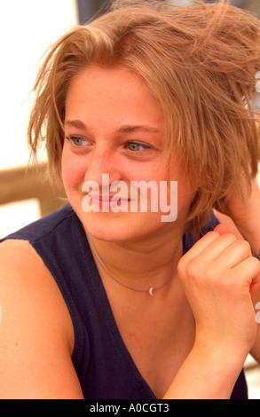 Belle femme de 20 ans au café-terrasse en plein air. Torun Pologne Banque D'Images