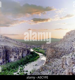 Vue sur le Rio Grande près de Boquillas Village dans le Parc National de Big Bend, Texas, US-Mexico border au coucher du soleil