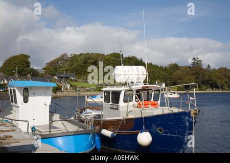 Co Kerry Kenmare Irlande Bateaux amarrés par pier dans le port sur l'estuaire de la rivière Kenmare
