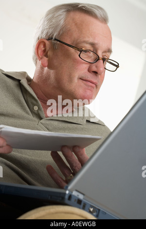 Man using laptop computer at home Banque D'Images