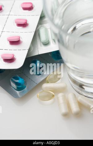 Un grand nombre de pilules en paquets avec de l'eau Banque D'Images