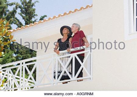 Couple se tenait sur balcon Banque D'Images