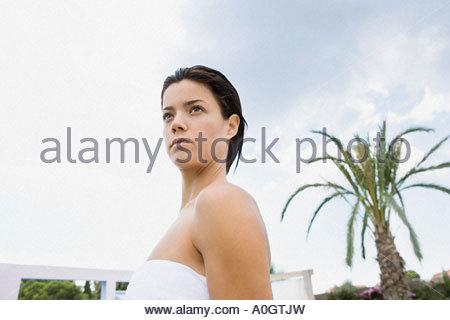 Femme debout près d'un palmier Banque D'Images