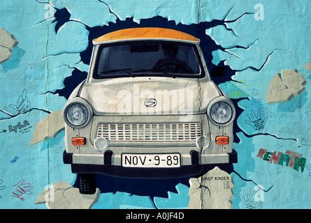 Berlin. L'Allemagne. La East Side Gallery, tester les meilleures, la peinture d'une Trabant briser le mur de Berlin, Banque D'Images