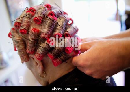 Dame 70s 80s à coiffeurs traditionnels England UK Banque D'Images