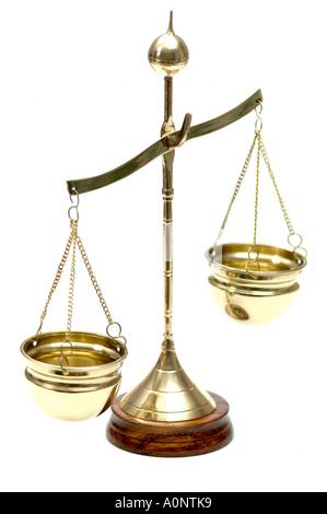Balance de pesage en laiton sur fond blanc Banque D'Images