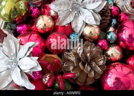 Décorations de Noël Boules de verre y compris des pommes de pins et poinsettia red chili dans la ville de Mexico Banque D'Images
