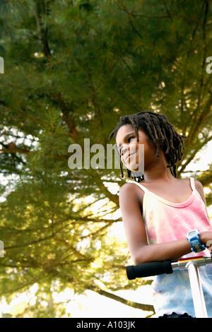 Jeune fille africaine de la trottinette Banque D'Images