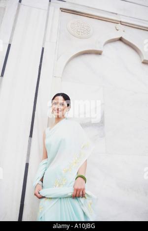 Portrait d'une jeune femme appuyée contre un mur, Taj Mahal, Agra, Uttar Pradesh, Inde Banque D'Images