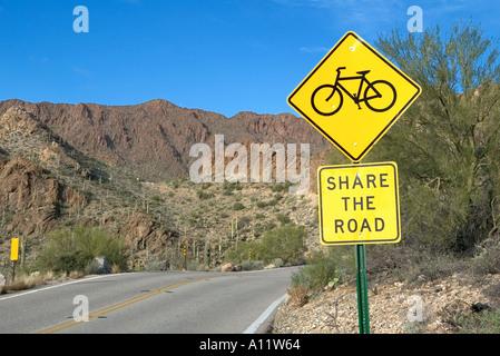 Partager la route vélo de montagne et signe route du désert aux portes Col Tucson Arizona USA Banque D'Images