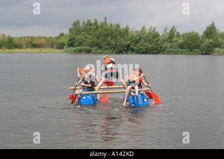 Radeau à des écoliers sur étang pour projet d'école Banque D'Images
