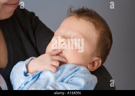 Mère tenant un bébé Banque D'Images