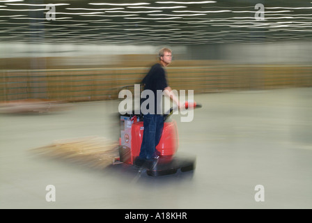 Opérateur de chariot élévateur d'entrepôt d'équitation de travail employé passé flou, New Jersey, USA Banque D'Images