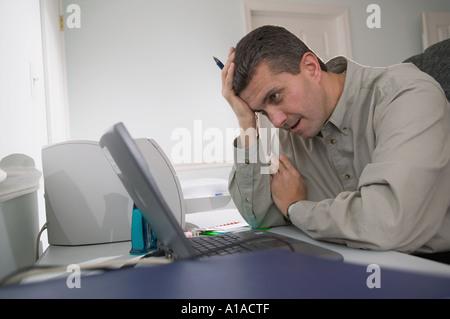 L'homme à la frustration de son ordinateur portable Banque D'Images