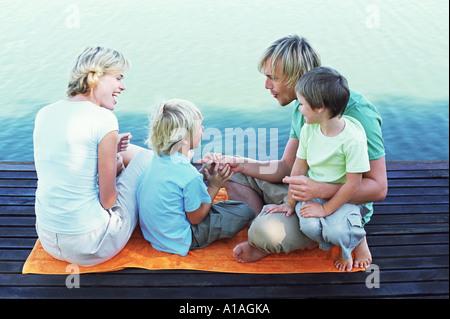 Famille sur une jetée Banque D'Images