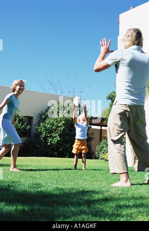 Family playing in garden Banque D'Images