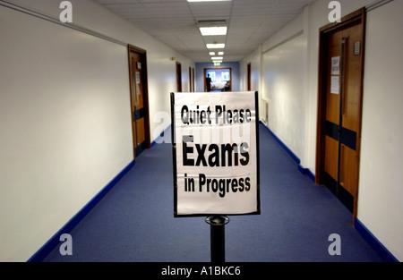 Photo générique de l'école ou l'université couloir avec panneau disant SILENCE EXAMENS EN COURS Banque D'Images