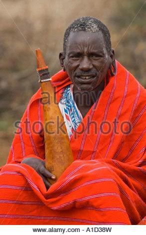 Les Masais Villager en costume traditionnel enveloppé dans une couverture colorée, Masai Village,Masai Mara National Banque D'Images