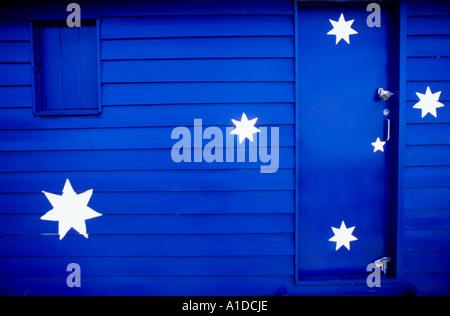 Une cabane de plage colorés sur la plage de Brighton décorées comme le drapeau australien, Melbourne, Australie Banque D'Images