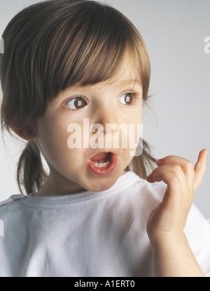 Petite fille de faire face et de pointage, portrait