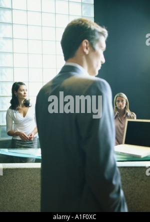 Homme et deux femmes au pouvoir Banque D'Images