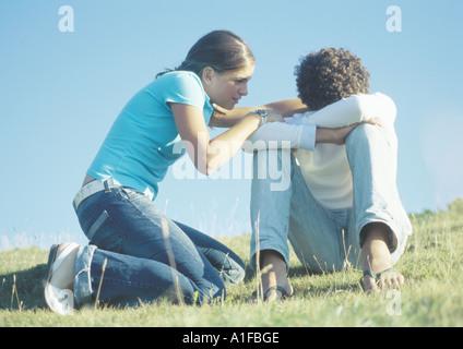 Couple, fille d'essayer de parler de garçon, la tête en bas